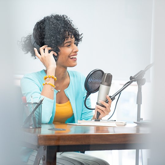 Voice-artist-with-mic